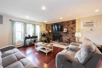 Nassau County Single Family Home For Sale: 37 Bluebell Ln