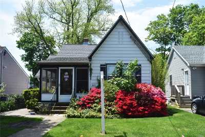Nassau County Single Family Home For Sale: 12 May Ct