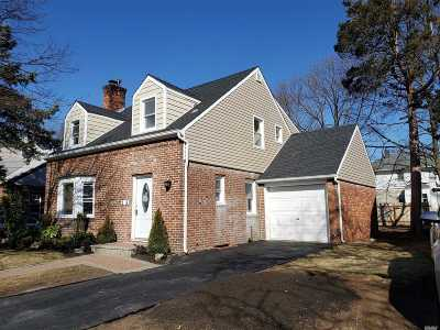 Hempstead Single Family Home For Sale: 25 Crowell St