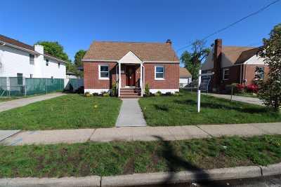 Hempstead Single Family Home For Sale: 83 Robinwood Ave