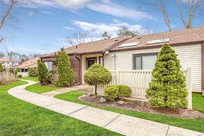 Suffolk County Condo/Townhouse For Sale: 381 Clubhouse Ct