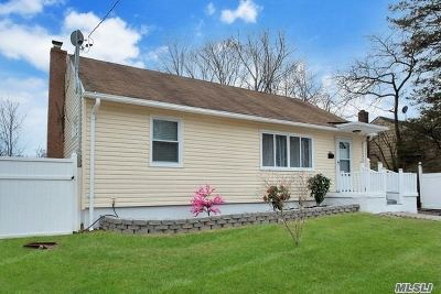 Wyandanch Single Family Home For Sale: 142 Davidson St