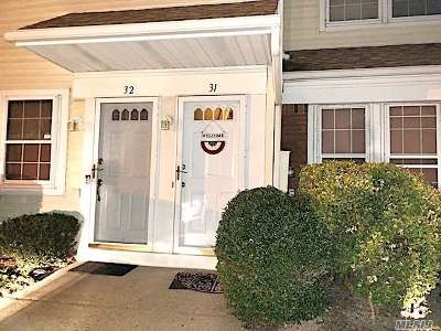 Holtsville Condo/Townhouse For Sale: 31 Gazebo Ln