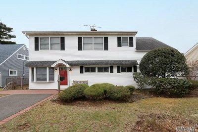 Hicksville Single Family Home For Sale: 20 Berry Ln