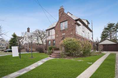 Hempstead Single Family Home For Sale: 36 Mead St