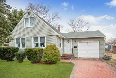 Patchogue Single Family Home For Sale: 68 Phyllis Dr