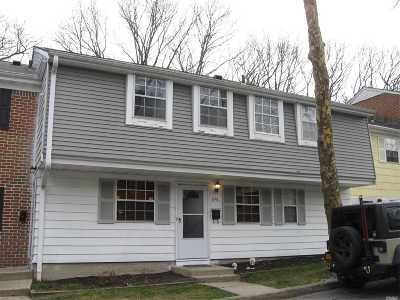 Hauppauge Condo/Townhouse For Sale: 810 Towne House Vlg