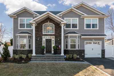 Syosset Single Family Home For Sale: 79 Southwood Cir