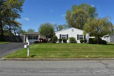 Holbrook Single Family Home For Sale: 19 All Points Dr