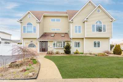 Wantagh Single Family Home For Sale: 2390 Riverside Dr