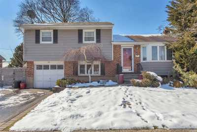 Syosset Single Family Home For Sale: 21 Pickwick Dr