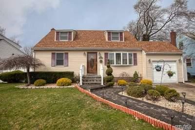 Farmingdale Single Family Home For Sale: 10 Radcliff Ln