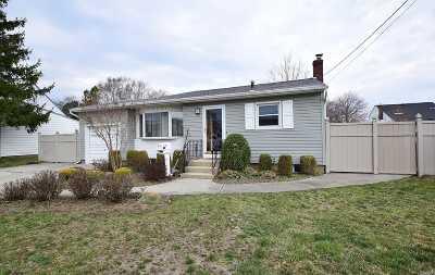 Farmingdale Single Family Home For Sale: 83 Fallwood Pky