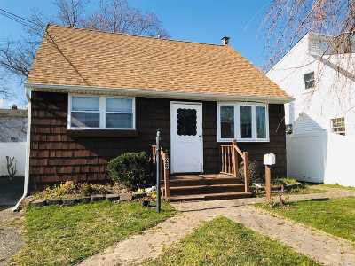 Lindenhurst Single Family Home For Sale: 26 W Clearwater Rd