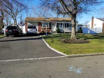 East Islip Single Family Home For Sale: 124 Keswick Dr