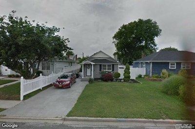 Lindenhurst Single Family Home For Sale: 46 E Hollywodd Ave