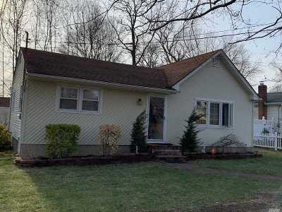 Farmingville Single Family Home For Sale: 48 Woodycrest Dr