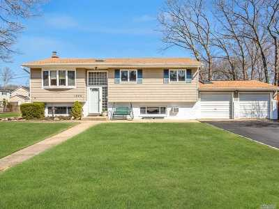 Bay Shore Single Family Home For Sale: 1025 Cassel Ave