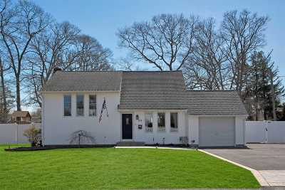 East Islip Single Family Home For Sale: 50 W Madison St