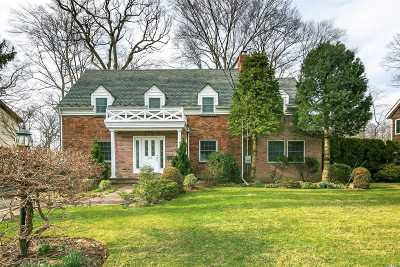 Great Neck Single Family Home For Sale: 135 Wooleys Ln