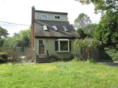 Medford Single Family Home For Sale: 200 Peekskill Ave
