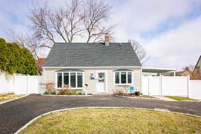 Levittown Single Family Home For Sale: 39 Spring Ln