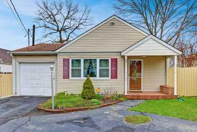 Shirley Single Family Home For Sale: 207 Hounslow Rd
