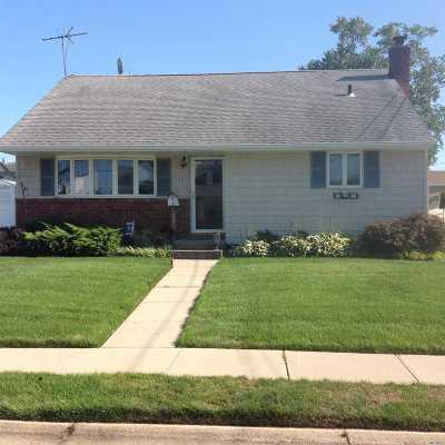 Lindenhurst Single Family Home For Sale: 33 E Hampton Rd