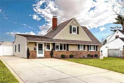 Hicksville Single Family Home For Sale: 110 Lantern Rd