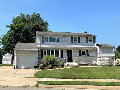 Plainview Single Family Home For Sale: 92 Manor St