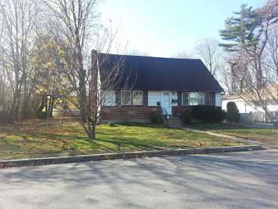 Farmingdale Single Family Home For Sale: 5 Denton Pl