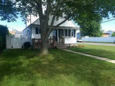 Lindenhurst Single Family Home For Sale: 168 Verona Pkwy