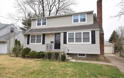 Syosset Single Family Home For Sale: 44 Fieldstone Dr