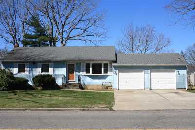 Centereach Single Family Home For Sale: 135 Eastwood Blvd