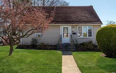 Levittown Single Family Home For Sale: 138 Cardinal Rd