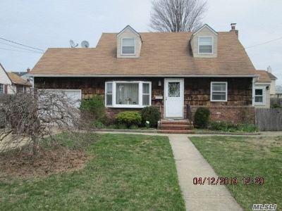 Lindenhurst Single Family Home For Sale: 416 N Ontario Ave