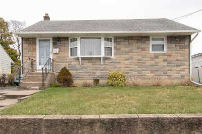 Hicksville Single Family Home For Sale: 136 Burns Ave