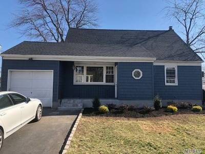 Farmingdale Single Family Home For Sale: 14 Matthew St
