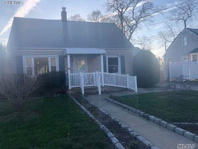 Queens County, Nassau County Single Family Home For Sale: 577 Clocks Blvd