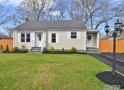 Patchogue Single Family Home For Sale: 54 Rowland St