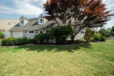 Levittown Single Family Home For Sale: 35 Ripple Ln