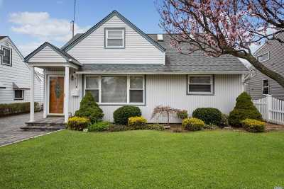 Wantagh Single Family Home For Sale: 2100 Larch St