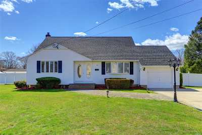 Bay Shore Single Family Home For Sale: 54 Huron Dr