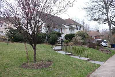 Great Neck Single Family Home For Sale: 52 Wooleys Ln