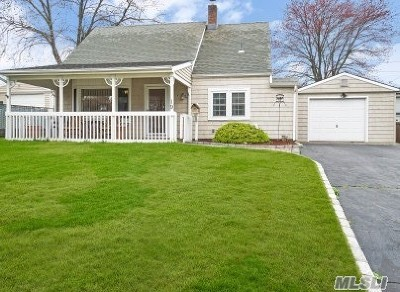 Nassau County Single Family Home For Sale: 19 Penny Ln