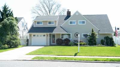 Wantagh Single Family Home For Sale: 60 N Twin Ln
