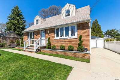 Lynbrook Single Family Home For Sale: 2 Clifford St