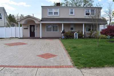Levittown Single Family Home For Sale: 32 Amber Ln