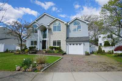 Syosset Single Family Home For Sale: 8 Meadow Ln
