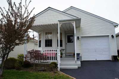 Manorville Condo/Townhouse For Sale: 89 Dogwood Ln
